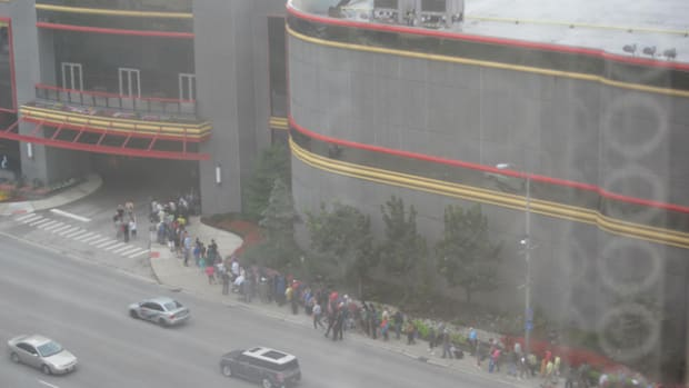 A view of the long line going into the 2014 Chicago ANA show.