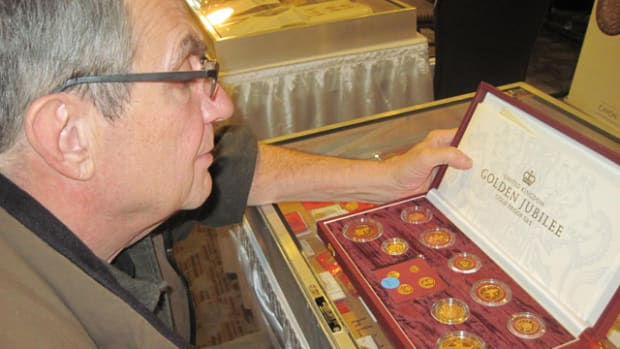 Bernie Gresik of Chicago looks over a 2002 Golden Jubilee gold proof set.