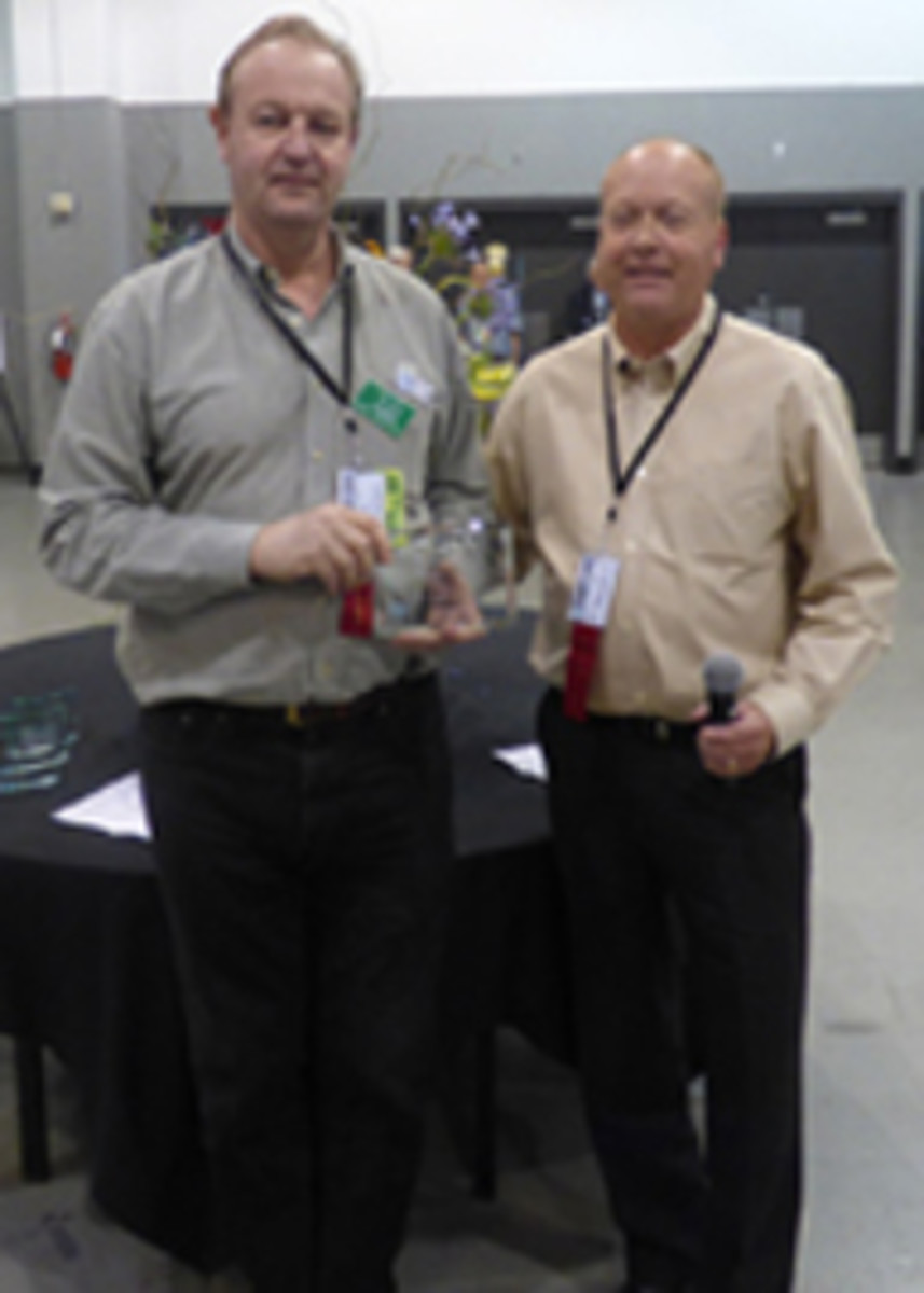 Mark Anderson, left, is shown accepting the SPMC Stephen R. Taylor Best in Show Award. New SPMC president Shawn Hewitt presented the award.