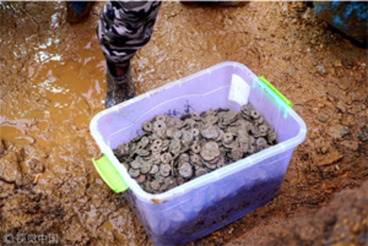 A container holding ancient coins from the Song Dynasty that were uncovered recently in Chacun. (Image courtesy VCG/http://usa.chinadaily.com.cn)
